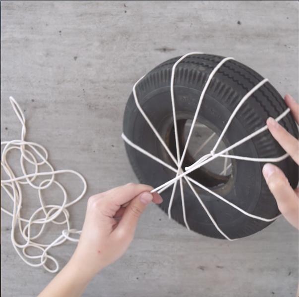 Un Pouf en corde avec un pneu-
