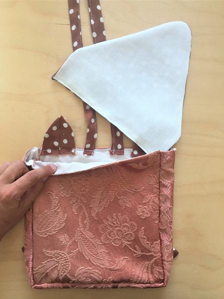 Un sac à dos renardeau en tissu recyclé-Assemblage du rabat