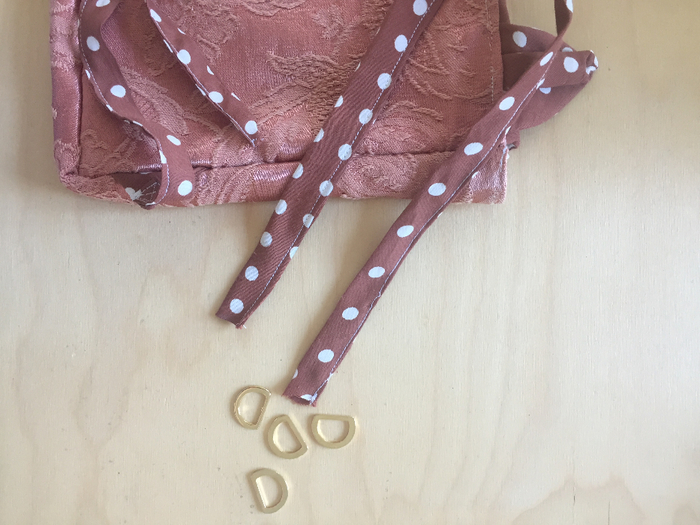 Un sac à dos renardeau en tissu recyclé-Fixation des anneaux