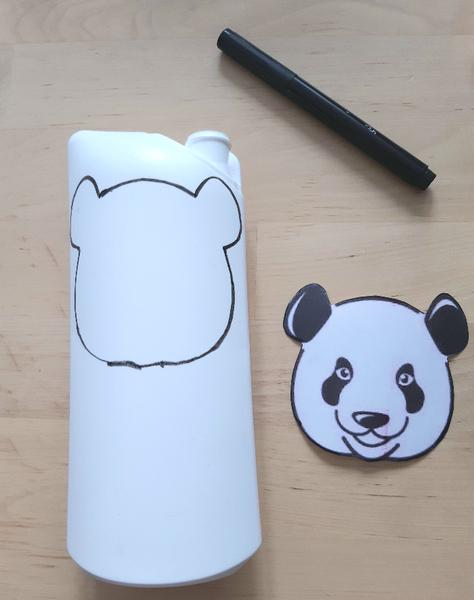 Un porte-monnaie panda à partir d'une bouteille de shampoing-Tracé de la face et du dos