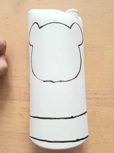 Un porte-monnaie panda à partir d'une bouteille de shampoing-Découper les différentes parties