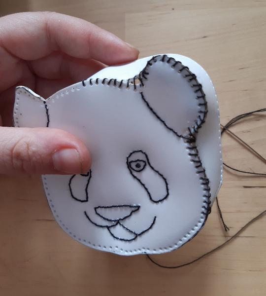 Un porte-monnaie panda à partir d'une bouteille de shampoing-Assembler le visage
