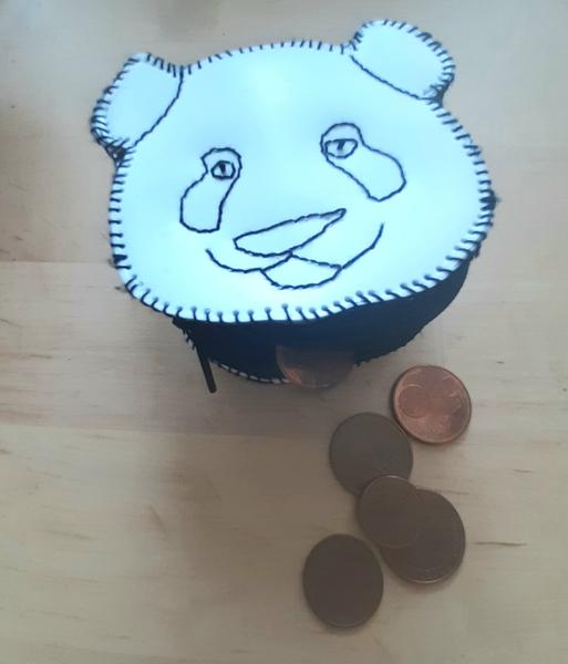 Un porte-monnaie panda à partir d'une bouteille de shampoing-Résultat final