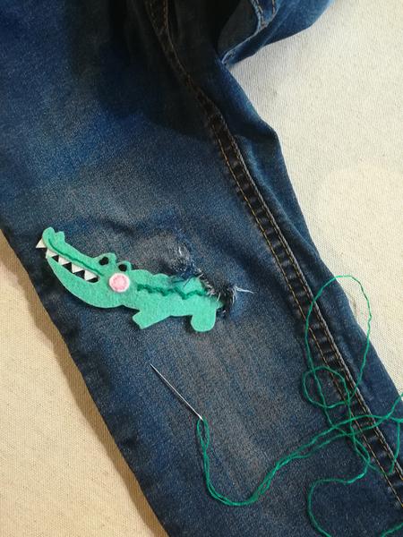 Fabriquer un patch pour pantalon troué-Coudre le patch sur le vêtement