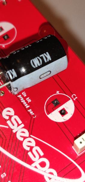 Construisez votre robot Sumobot v5.2-Soudage des condensateurs chimiques