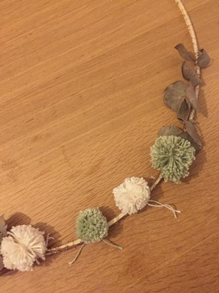 Une couronne de Noël minimaliste-Fixation des pompons
