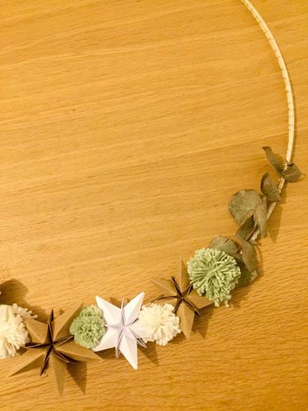 Une couronne de Noël minimaliste-Fixation des étoiles