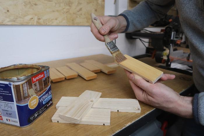Créer une mangeoire barrique-Vernissage des lames