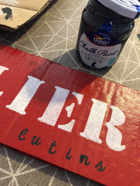 DIY: Panneau directionnel de Noël -Personnaliser les pancartes avec des écritures noires
