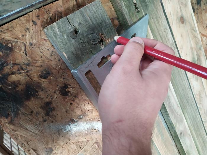 Une table de chevet sans clou ni vis -Découper la palette