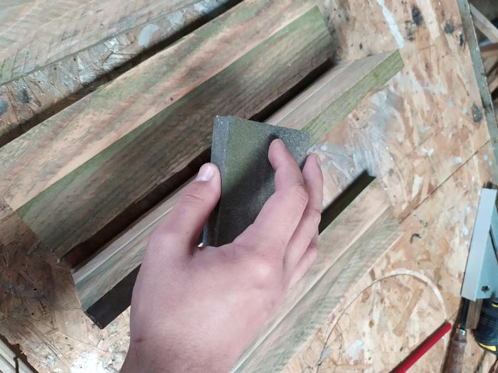 Une table de chevet sans clou ni vis -Coller les planches