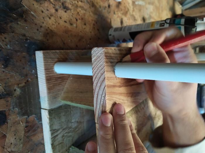 Une table de chevet sans clou ni vis -Découpe et assemblage du tube IRL