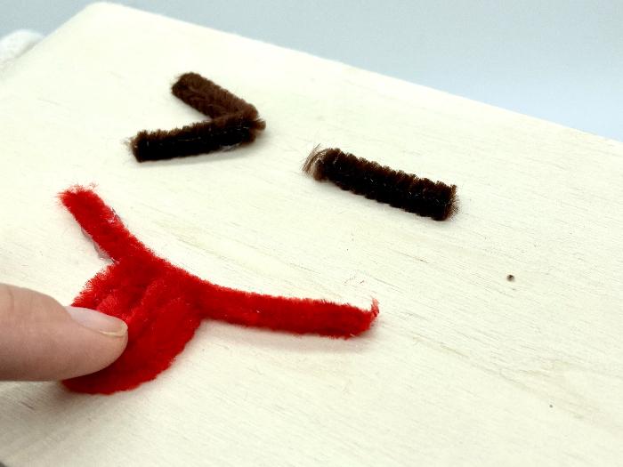 Customiser un rangement en bois pour enfant (emoji)-Collez vos éléments (face 1)