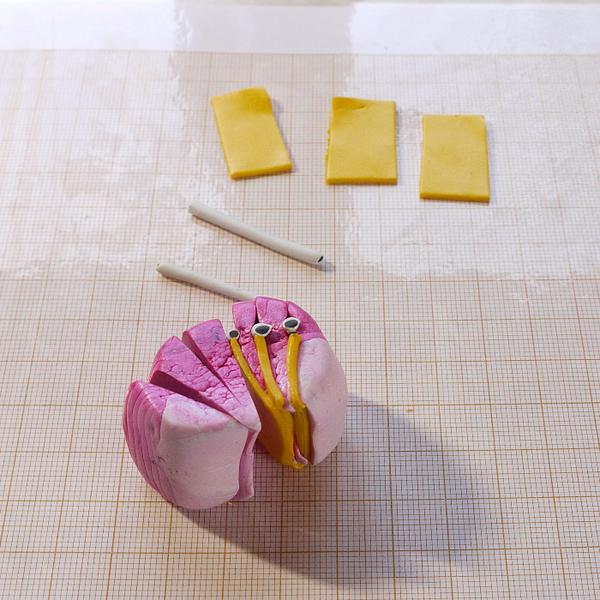 Broche ou pendentif fleur de Zinnia en pâte polymère.-Réalisation de la canne pétale