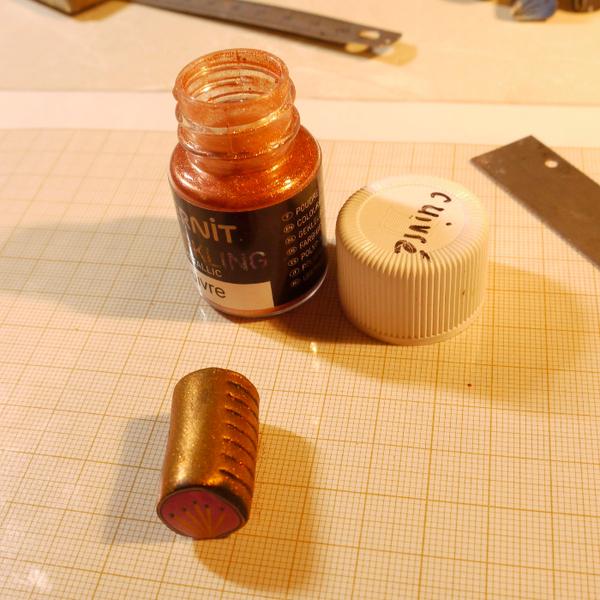 Broche ou pendentif fleur de Zinnia en pâte polymère.-Découpes despétales puis réalisation de la fleur de Zinnia