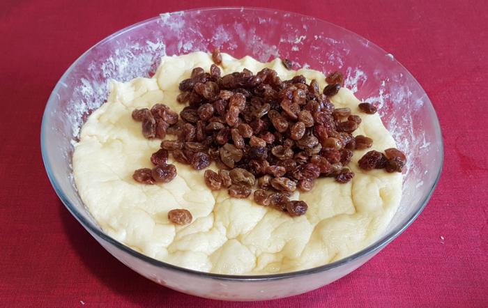 Kouglof (ou Kougelhopf) moelleux -Ajouter les raisins