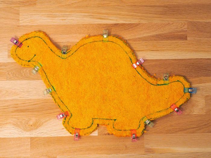 COUDRE UNE PELUCHE DINOSAURE EN ÉPONGE ET CUIR-Découpe du corps du Dino