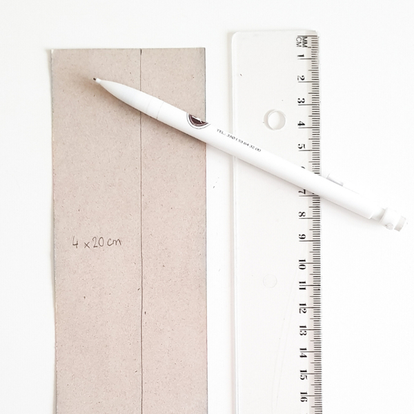 Créer un marque-page avec du tissu adhésif-Création et découpage du papier carton
