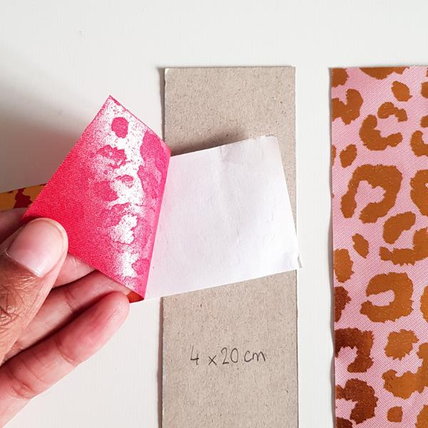 Créer un marque-page avec du tissu adhésif-Collage du tissu adhésif