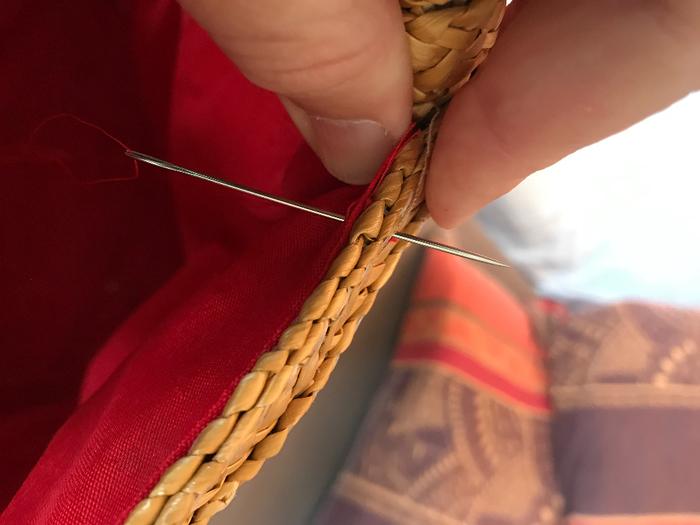 Transformer un panier cassé en cache-pot -Pose des petites anses