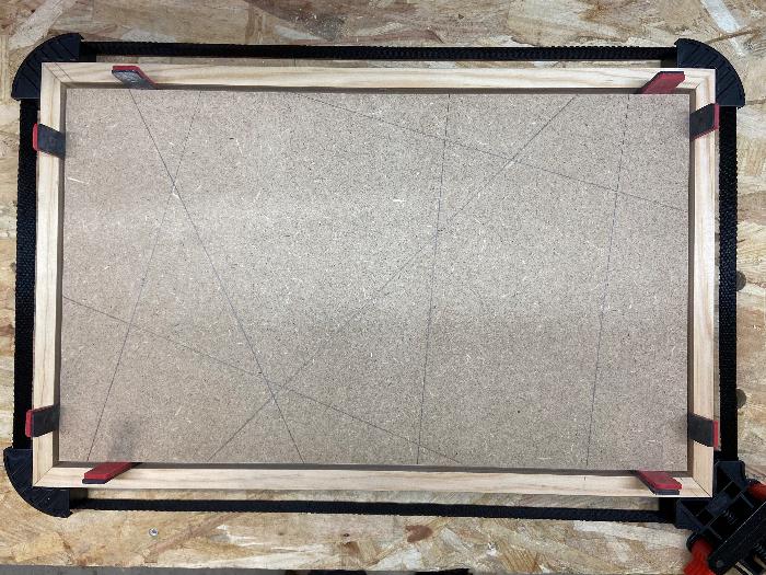 """DIY : Tableau """"Caisse américaine"""" avec panneau rainuré peint-Découpe des collages préparés pour créer le cadre"""
