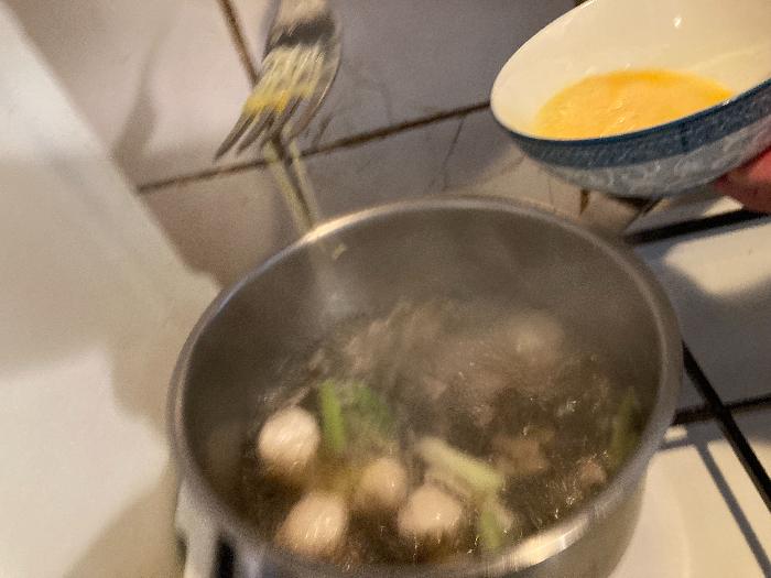 recette chinoise familiale : soupe/bouillon rapide aux algues et boulettes de poissons-épaissir le bouillon avec un oeuf