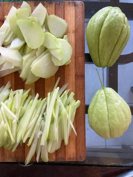Recette chinoise familiale : végétarien, christophine sautée aux champignons noirs-Couper les christophines en tranche