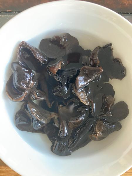 Recette chinoise familiale : végétarien, christophine sautée aux champignons noirs-Champignon : étape préparatoire