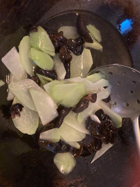 Recette chinoise familiale : végétarien, christophine sautée aux champignons noirs-Cuisson des christophines en tranche / champignon