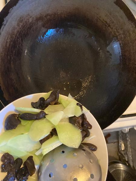 Recette chinoise familiale : végétarien, christophine sautée aux champignons noirs-Woker la préparation