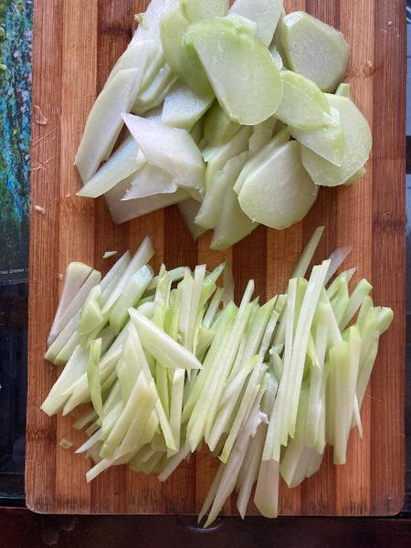 Cuisine chinoise familiale : boeuf sauté à la christophine -Couper les christophines en frites