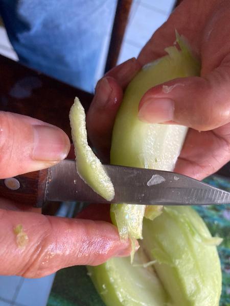 Cuisine asiatique : comment préparer la christophine-Finition de l'épluchage