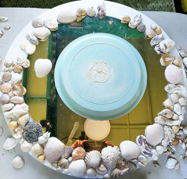"""DIY Miroir """"Retour de plage""""-Faites des essais de positionnements de coquillages, une fois la peinture bien sèche"""
