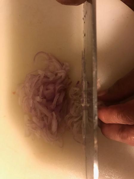 Recette cambodgienne familiale : Riz bouilli à la citronnelle accompagné de poulet -Préparer des échalotes pour l'huile