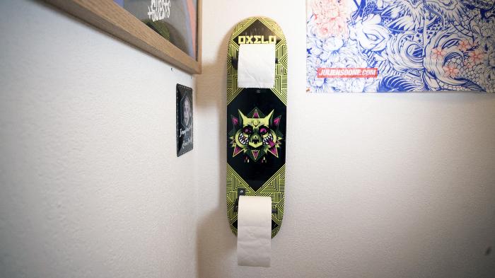 Fabriquer un porte papier toilette avec un vieux skateboard-Admirer le résultat