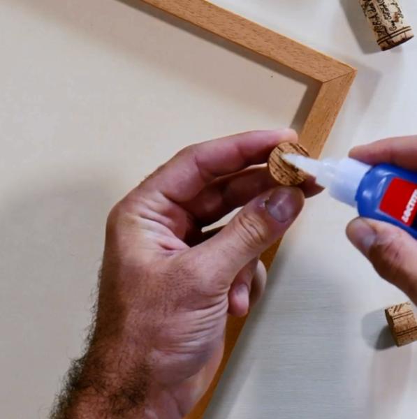 Réaliser un pèle-mêle en liège-Coller les rondelles