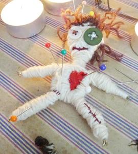Créer une poupée vaudou avec de la récup